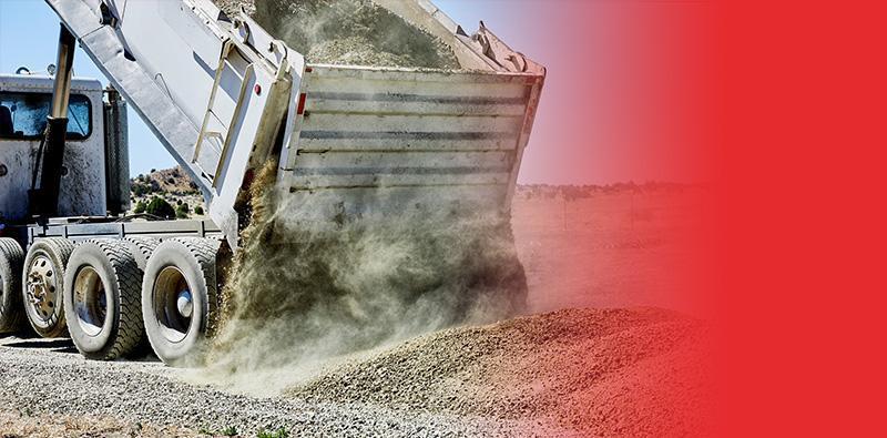 Wysypywanie kruszywa zsamochodu ciężarowego